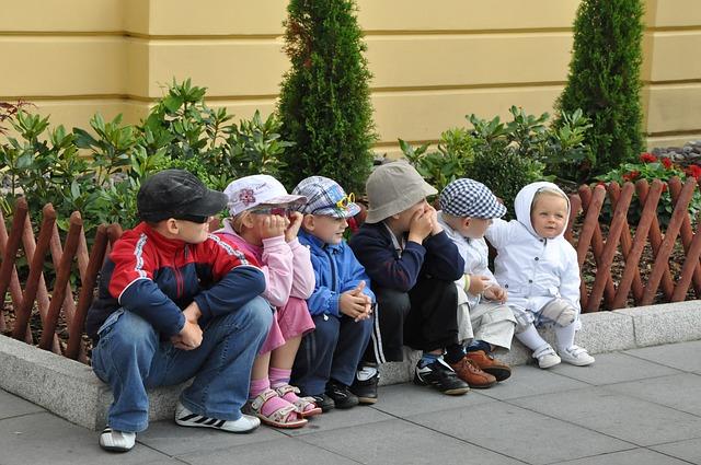 sedící děti