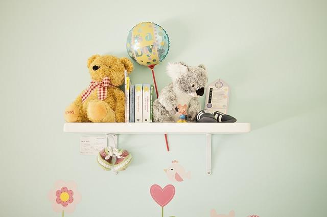 hračky na poličce