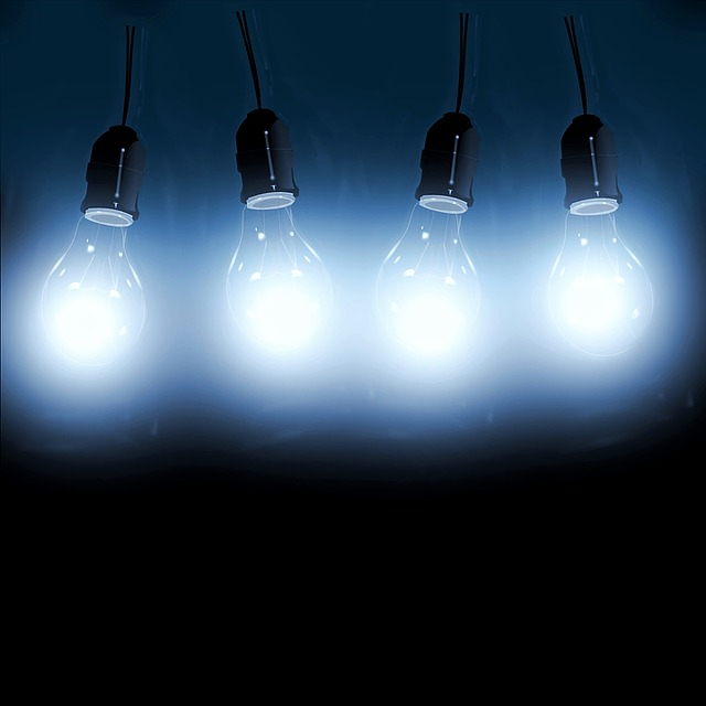 čtyři svírící žárovky