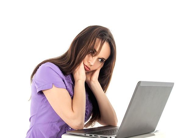 žena, notebook, fialové triko