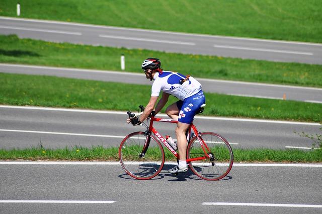 silnice, zeleň, cyklista