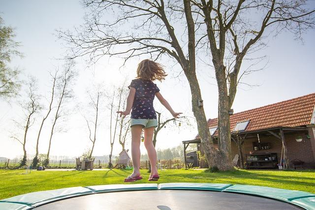 holčička, zahrada, skok, trampolína