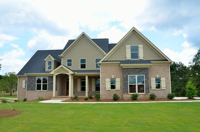 hnědý dům, černá střecha, bílá okna