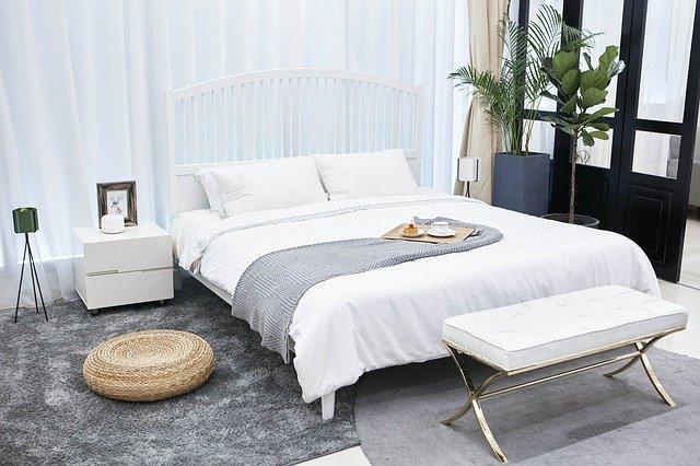 bílá postel.jpg