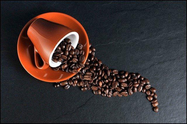 kávová zrna z šálku