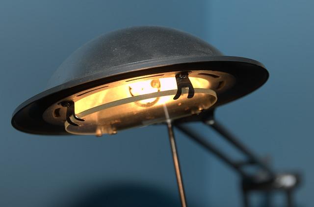 halogenová žárovka v lampičce