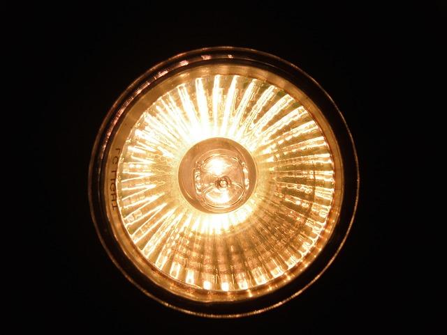 rozsvícený halogenový reflektor